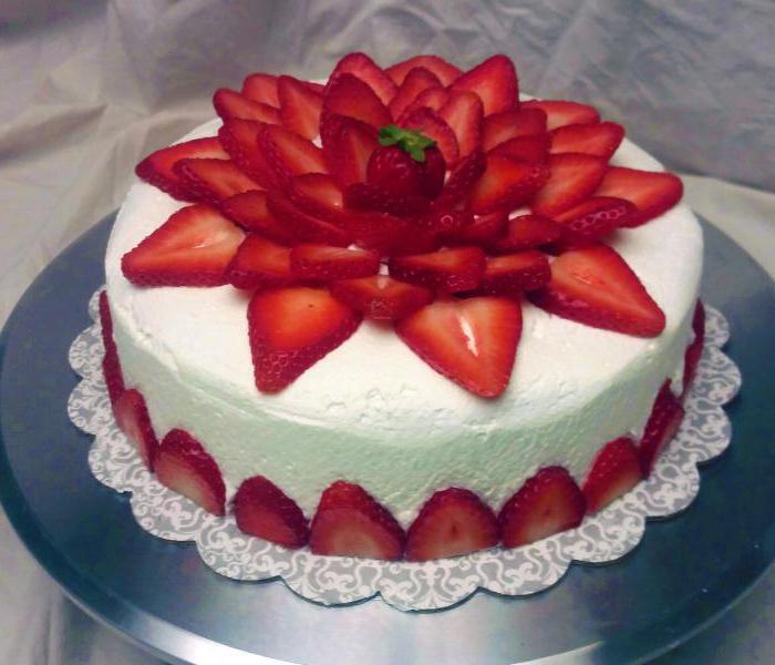 украсить торт клубникой