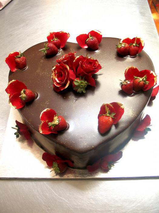 шоколадный торт украшенный клубникой