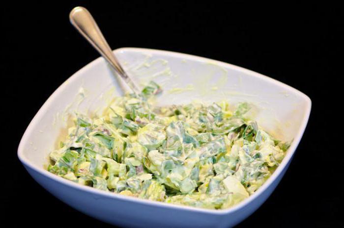 Салат из зеленого лука горошка и яиц и соленых огурцов