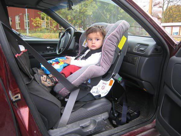 Можно ли ребенка сажать на переднее сидение в кресло 793