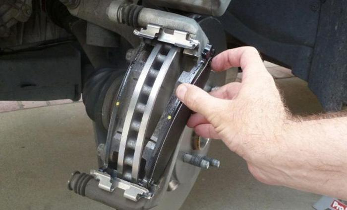 Замена тормозных колодок и тормозных дисков: инструкция