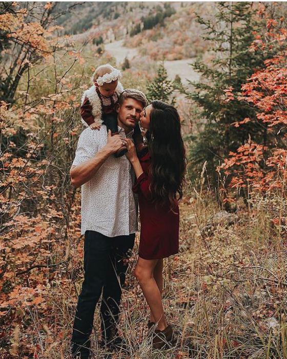 autumn photo shoot ideas for a family in nature