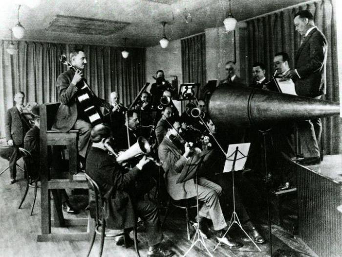 the first device to record and play sound 2