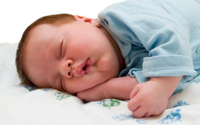 грудной ребенок потеет во время кормления