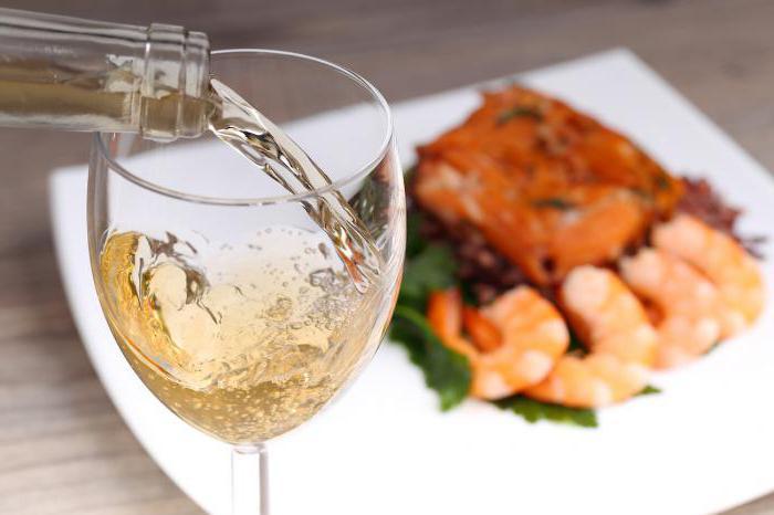 Белое вино с чем подают
