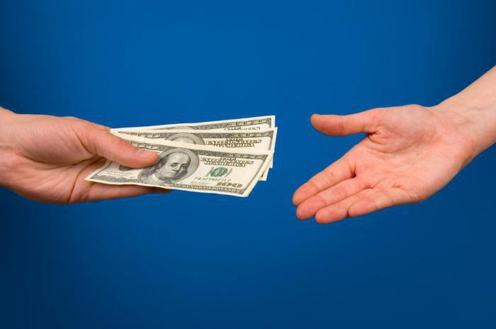 Приметы и суеверия: какой рукой брать деньги, а какой