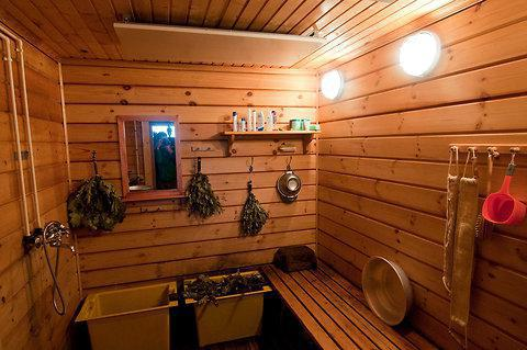 What is the difference between a sauna and a Russian bath?