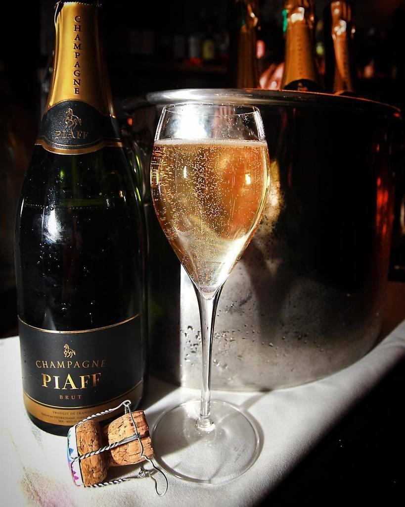 Фото с бокалами шампанского реальное