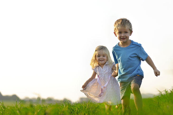 дети бегут по лугу