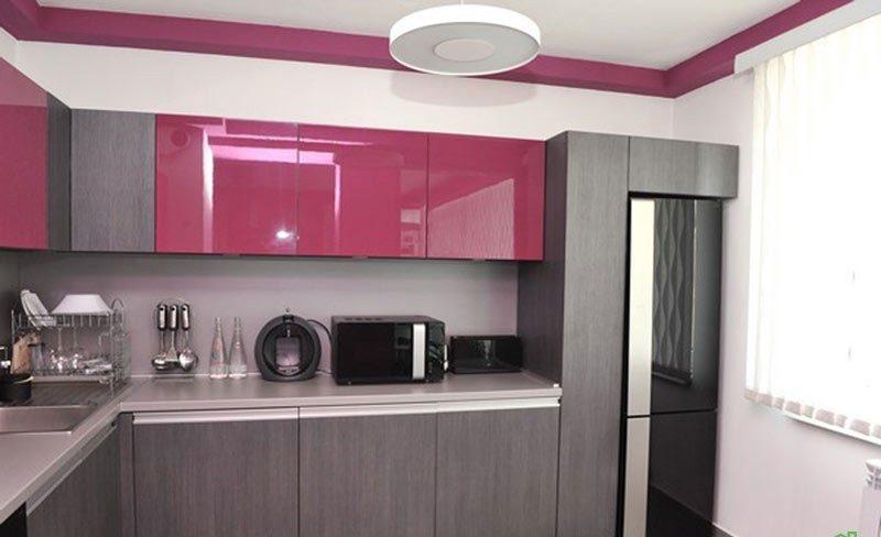 контрастный дизайн маленькой кухни