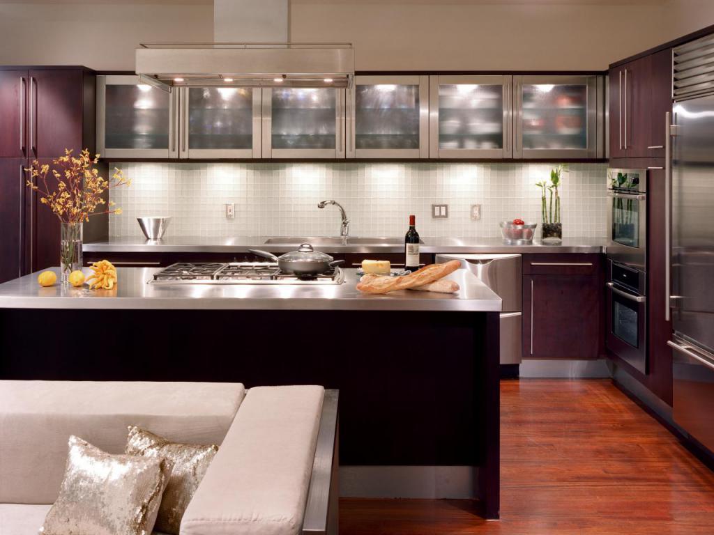 яркий дизайн просторной кухни