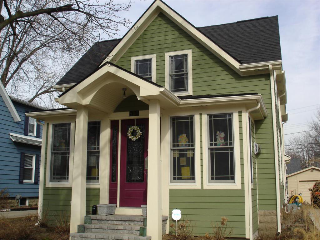 Дом из разноцветного сайдинга фото