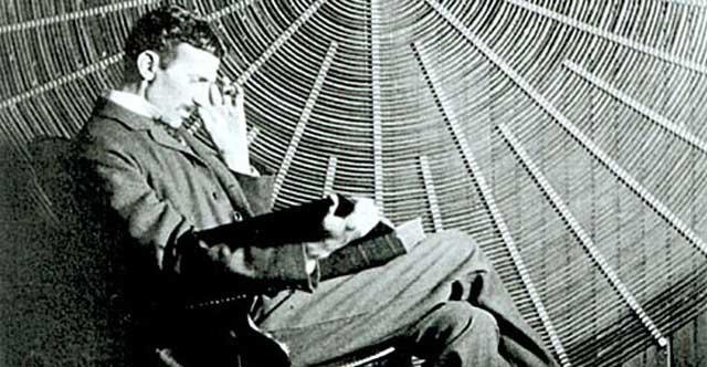 Никола Тесла читает книгу