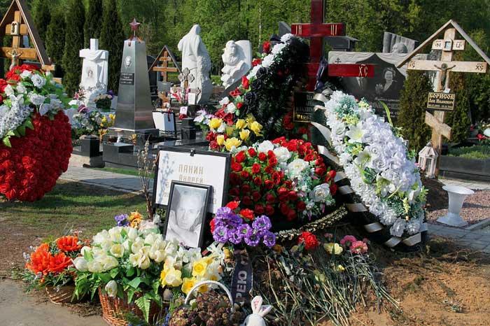 The grave of Andrei Panin Source: http://stuki-druki.com/authors/Panin-Andrey.php Stuki-Dryuki ©