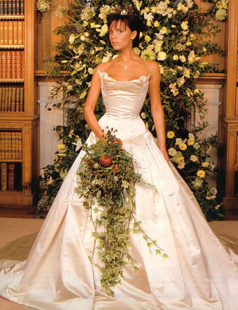 порой свадебное платье от виктории бекхэм фото прекрасно подойдут качестве