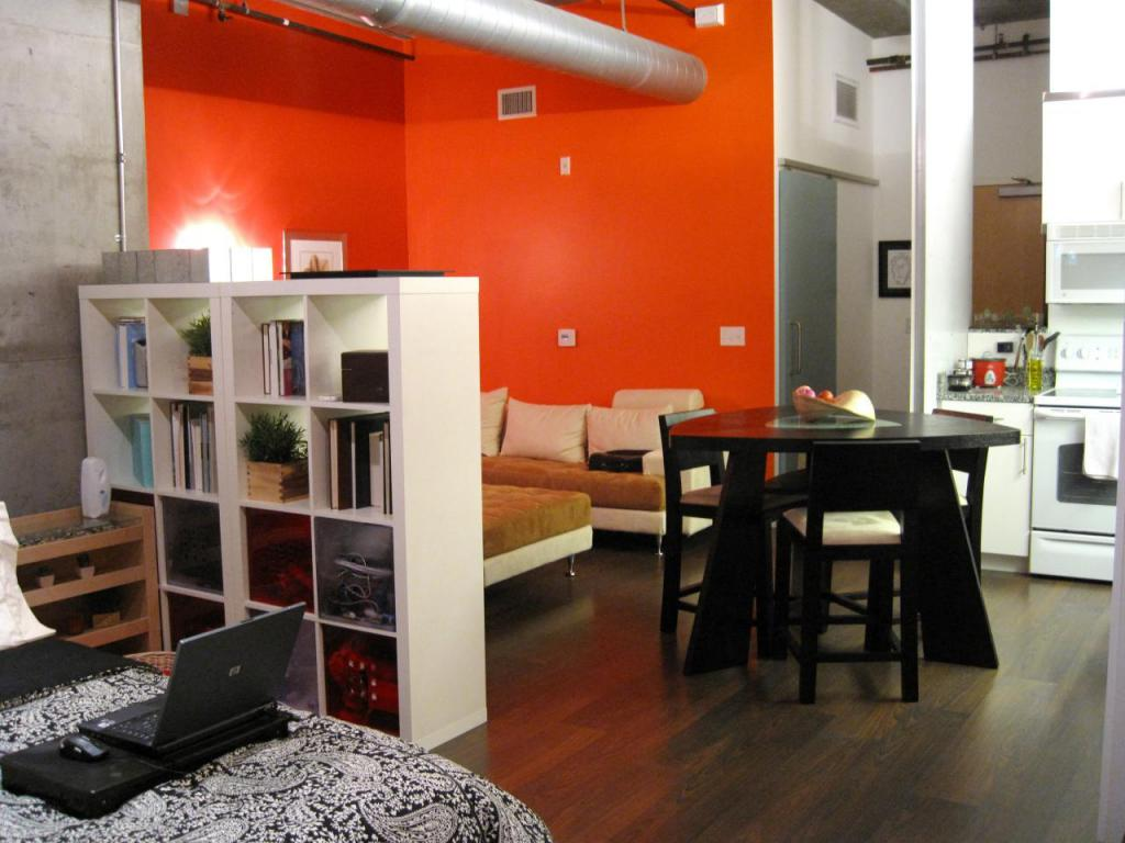 Wall and floor decoration in a studio apartment