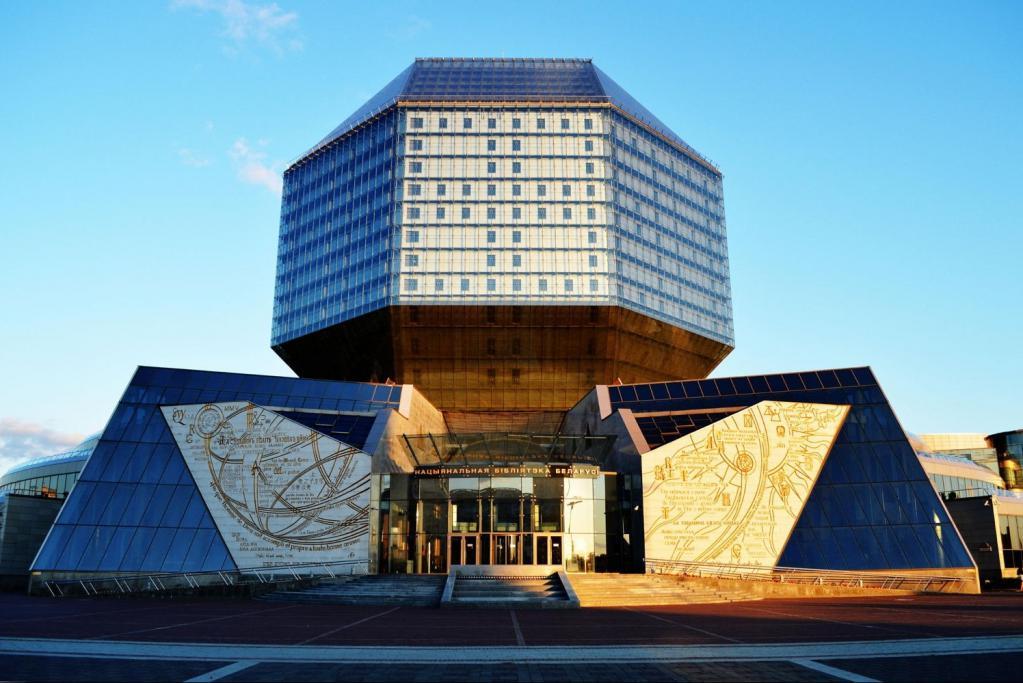 Вид на национальную библиотеку в Минске