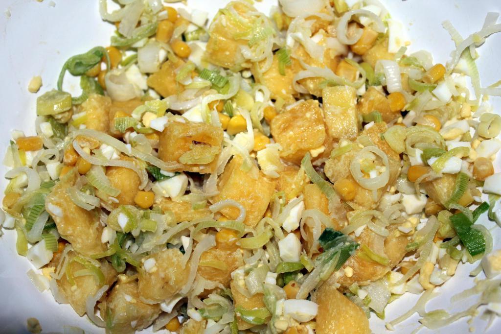 Рецепт ананасового салата с курицей и кукурузой.