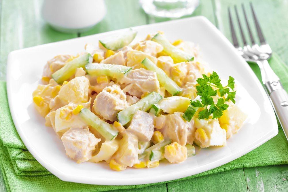 Салат ананасовый с сыром и курицей.