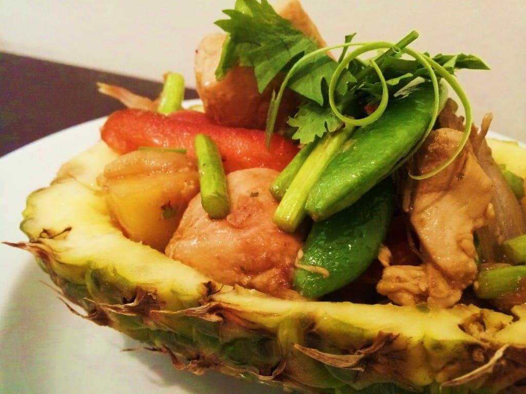 Ананасовый салат с курицей.