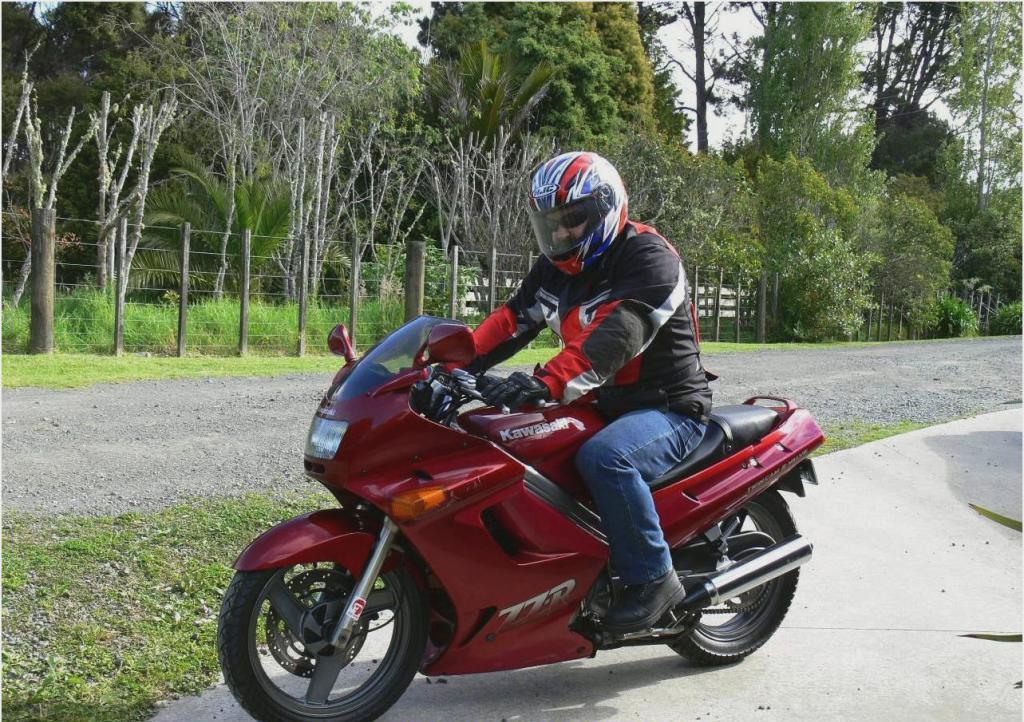 Red Kawasaki ZZR 250