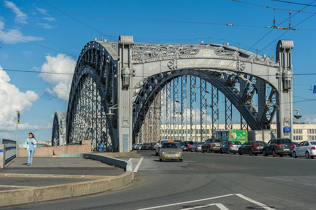 Entrance to the Bolsheokhtinsky bridge