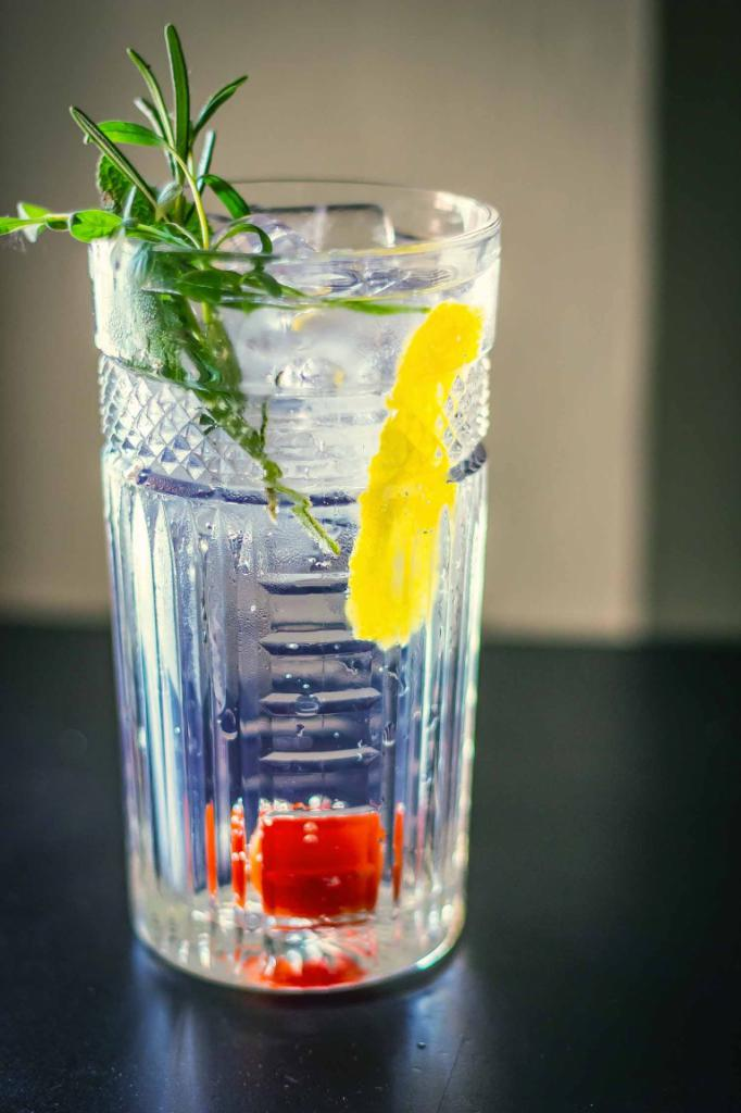 how to decorate a gin and tonic cocktail