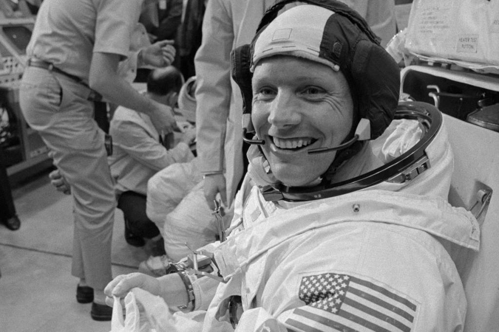 получил положительные фото космонавта армстронга раз без
