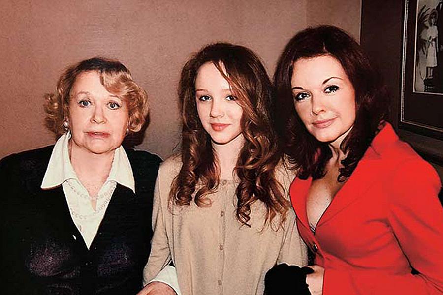 Ксения Хаирова с мамой и дочерью