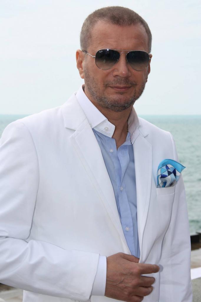 Андрей в белом костюме