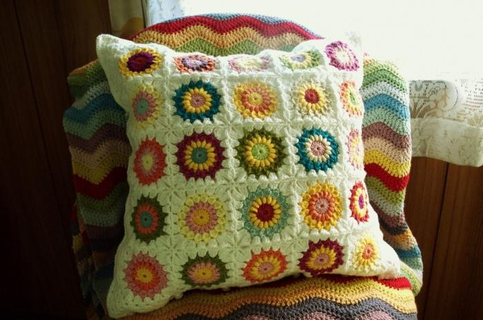 Подушка из бабушкиных квадратов