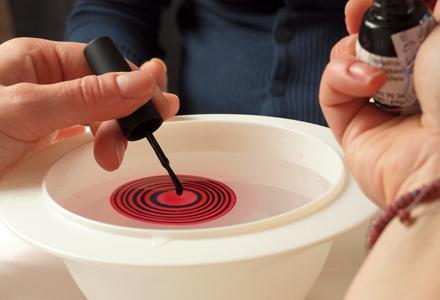 маникюр при помощи воды