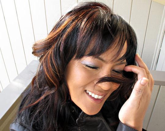 Мелирование на крашеные темные волосы