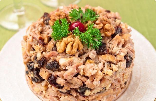 Салат с курицей черносливом и грецкими орехами с