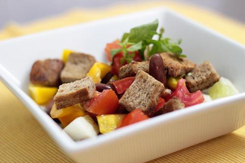 Салат с кириешками и фасолью с