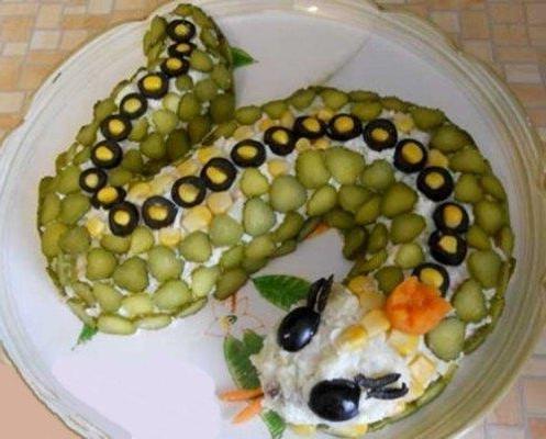 как украсить салаты на новый год змеи фото