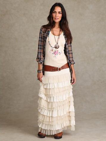 Носить длинную юбка с воланами