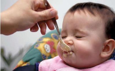 когда и с чего начинать прикорм ребенка на грудном вскармливании
