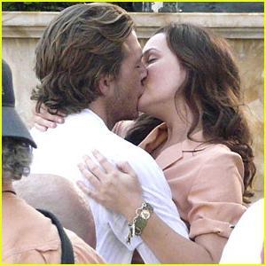 Страстные поцелуи перешли