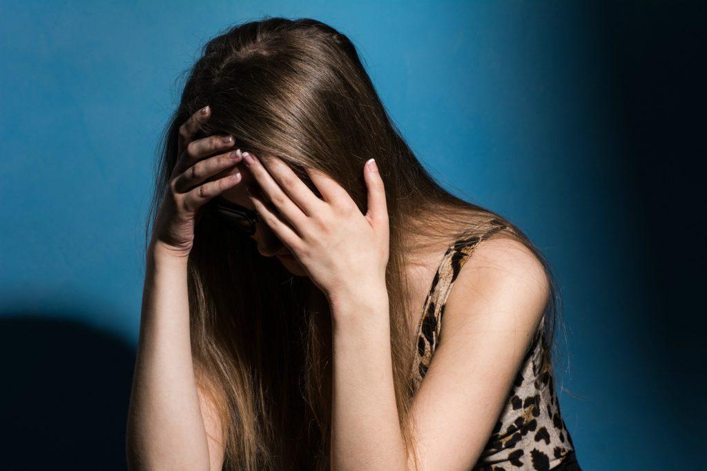 Картинки девушек лицо закрыто руками