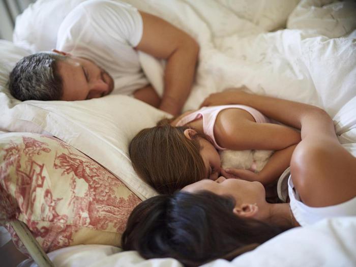 Голый папа спит фото