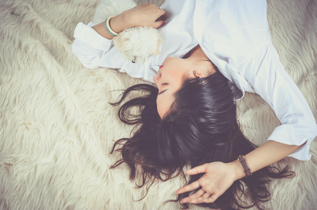 Почему нельзя ложиться спать с мокрыми волосами примета