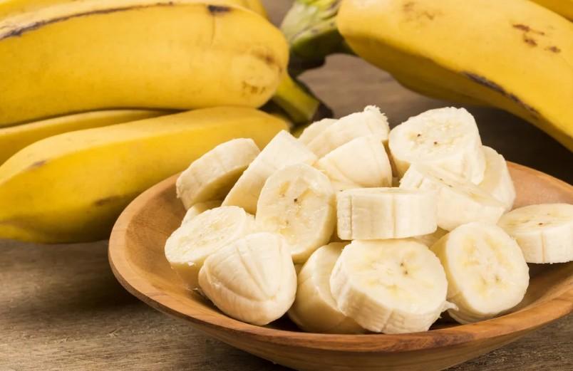 Молоко, вишня, бананы, йогурт: что можно съесть на ночь, чтобы не отправляться в постель голодным