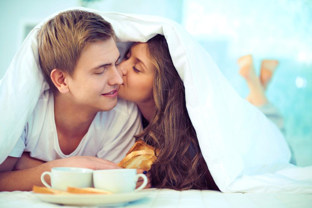 В постели с любимой женой этот