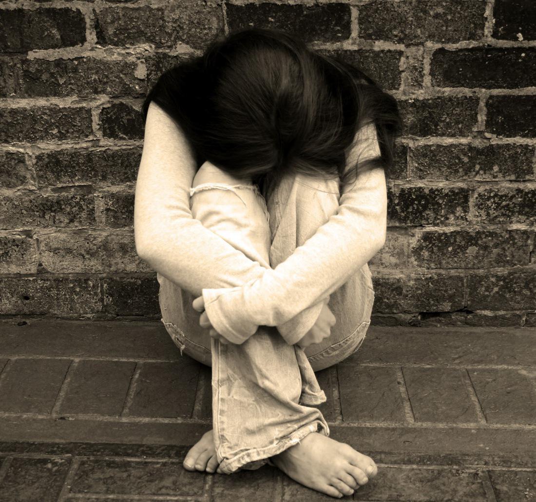 Картинка девушка плачет с надписями, днем