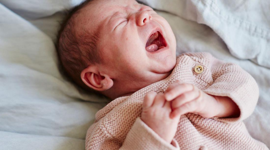 Почему грудной ребенок жует язык