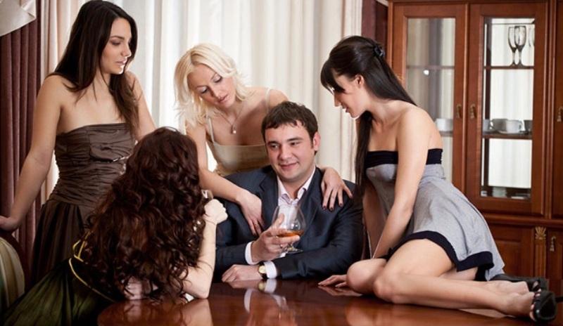 devushki-soblaznili-parnya-v-klube-porno-film-glubokaya-glotka-russkiy-perevod-onlayn