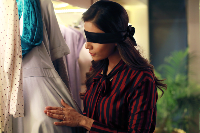 Смотреть фильм с завязанными глазами, засунула в киску дезодорант