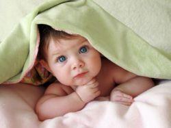 Во сколько месяцев ребенок держит голову и от чего это зависит?