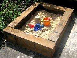 Как сделать песочницу своими руками на загородном участке?